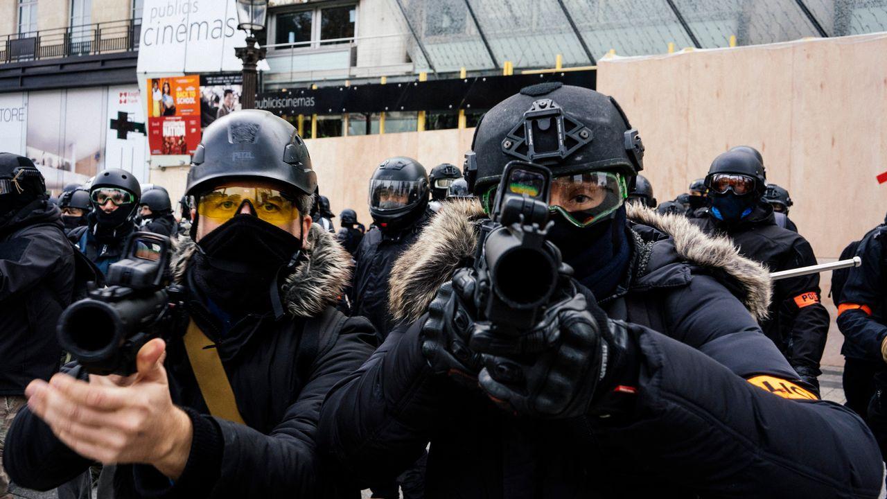 Les policiers lors du quatrième jour de mobilisation des gilets jaunes, le 8 décembre 2018 à Paris. [Denis Meyer / Hans Lucas - AFP]