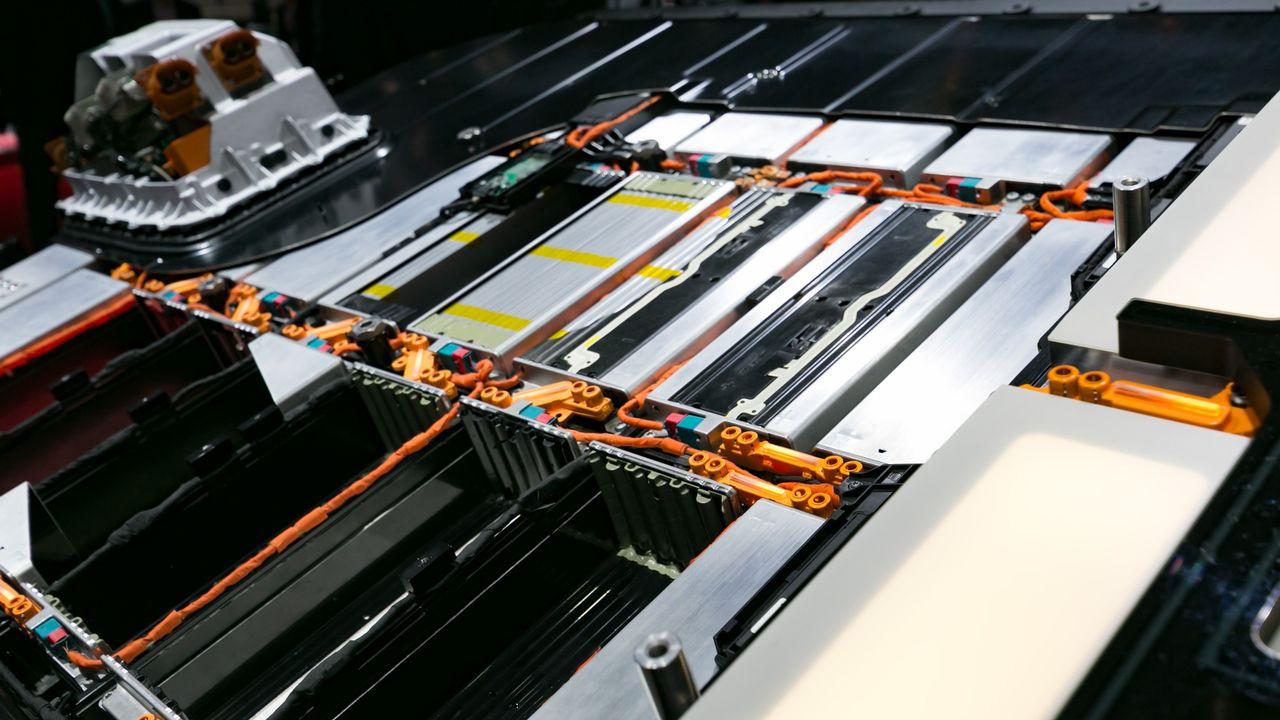 Les batteries situées dans le plancher d'une voiture électrique. [Jérôme Genet - RTS]