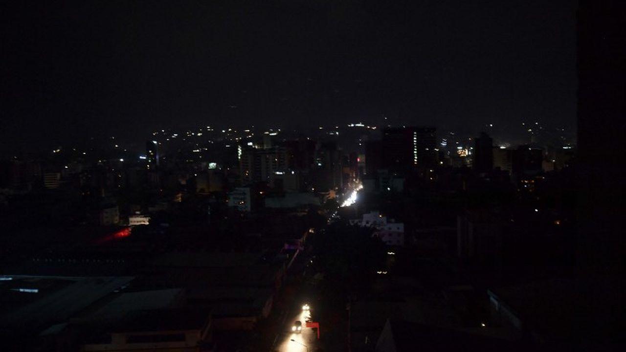 Le centre de Caracas plongé dans le noir. [Yuri Cortez - afp]