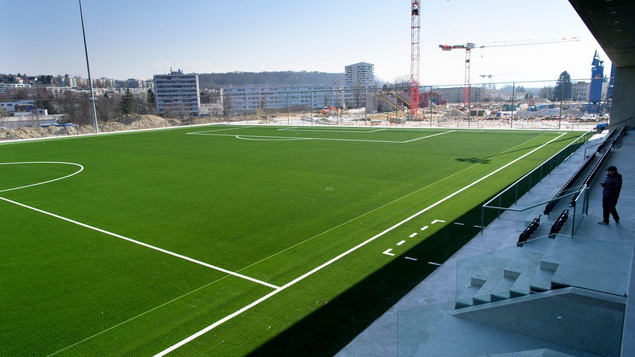 Le terrain principal synthétique du Centre de la Tuilière avec au fond le chantier du stade. [Laurent Gilliéron - Keystone]