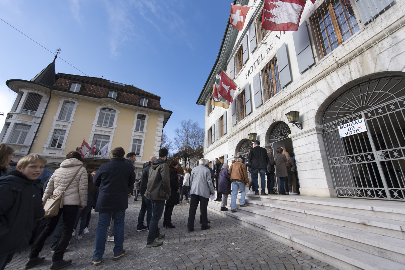 Les habitants de Moutier (BE) font la queue pour voter à l'Hôtel de Ville, le 25 novembre 2018. (image d'illustration)