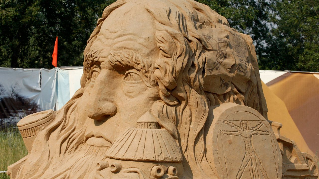 Ici en photo, une sculpture de sable qui représente Léonard De Vinci, à Krasnoyarsk, en Sibérie. [Ilya Naymushin - Reuters]