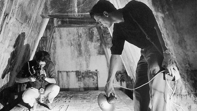 Pierre Barde et Rudolph Menthonnex dans la crypte maya de Palenque en 1965. [RTS]