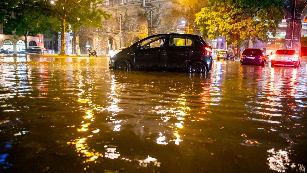 Plus de 40 mm de pluie sont tombés en seulement 10 minutes à Lausanne le 11 juin 2018. [Valentin Flauraud - Keystone]
