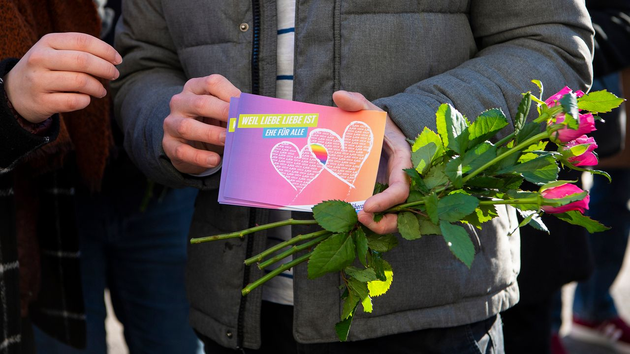 Les couples homosexuels pourraient être autorisés à se marier en Suisse [Anthony Anex - Keystone]