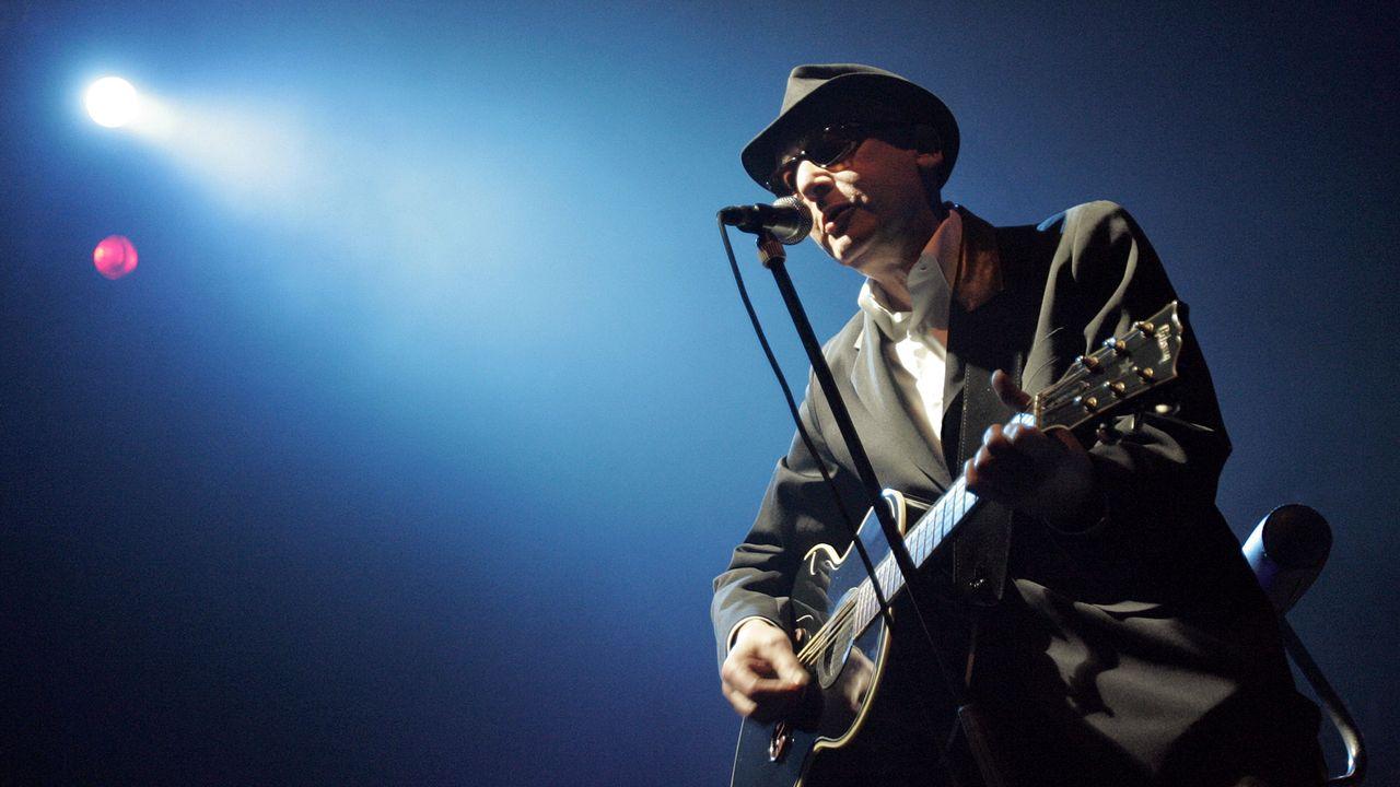 Le chanteur français Alain Bashung sur la scène du festival Les Francomanias de Bulle, le 2 mai 2008. [NICHOLAS RATZENBOECK - AFP]