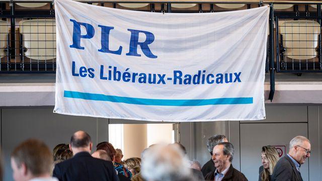 Le drapeau du PLR lors de l'Assemblée général du PLR neuchâtelois. [Adrien Perritaz - Keystone]
