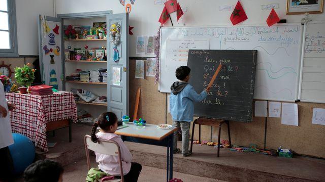 Un écolier lit des mots en français dans l'école primaire  d'Oudaya, à Rabat, au Maroc. [Youssef Boudlal - Reuters]