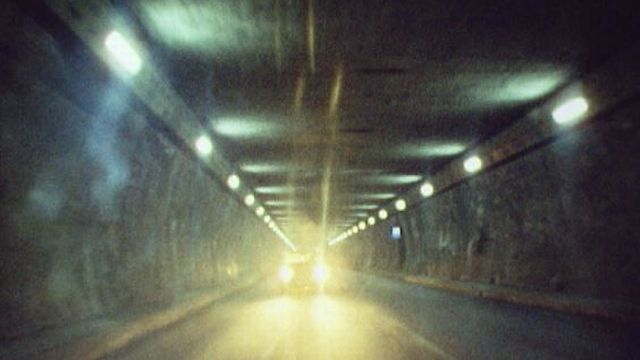 Voitures dans le tunnel du Grand-Saint-Bernard en 1974. [RTS]