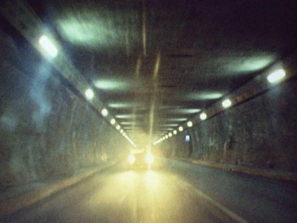 Voitures dans le tunnel du Grand-Saint-Bernard en 1974. [RTS]