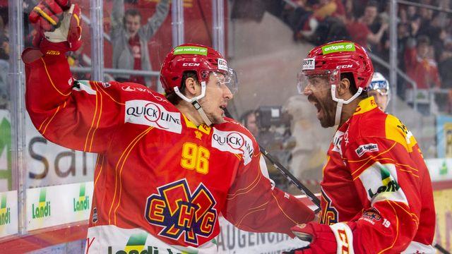 Brunner (à gauche) et Earl se congratulent après le 1-1 signé par le premier nommé. [Marcel Bieri - Keystone]