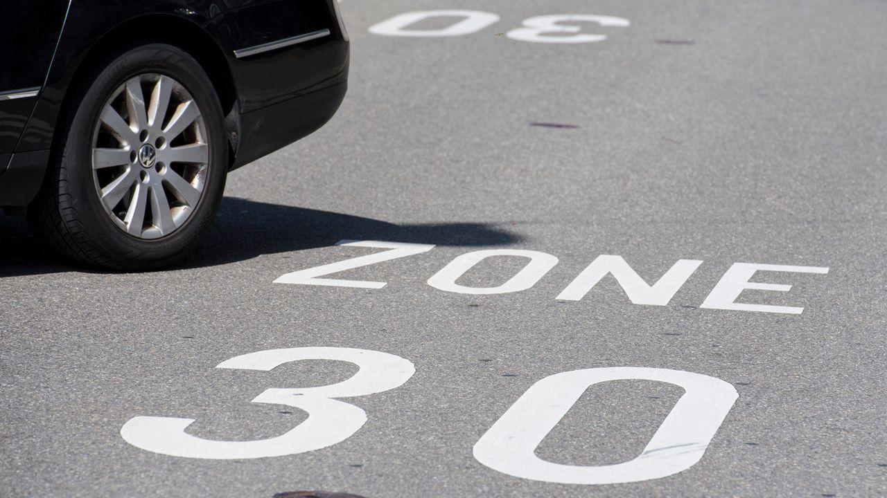 Le Valais a listé 500 tronçons susceptibles de bénéficier d'une diminution de vitesse dans les localités. [Ennio Leanza - Keystone]