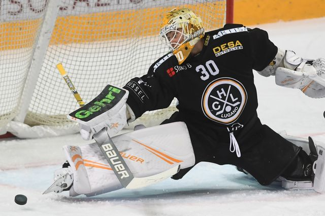 Merzlikins a vécu des playoffs très mitigés avec Lugano. [Alessandro Crinari - Keystone]