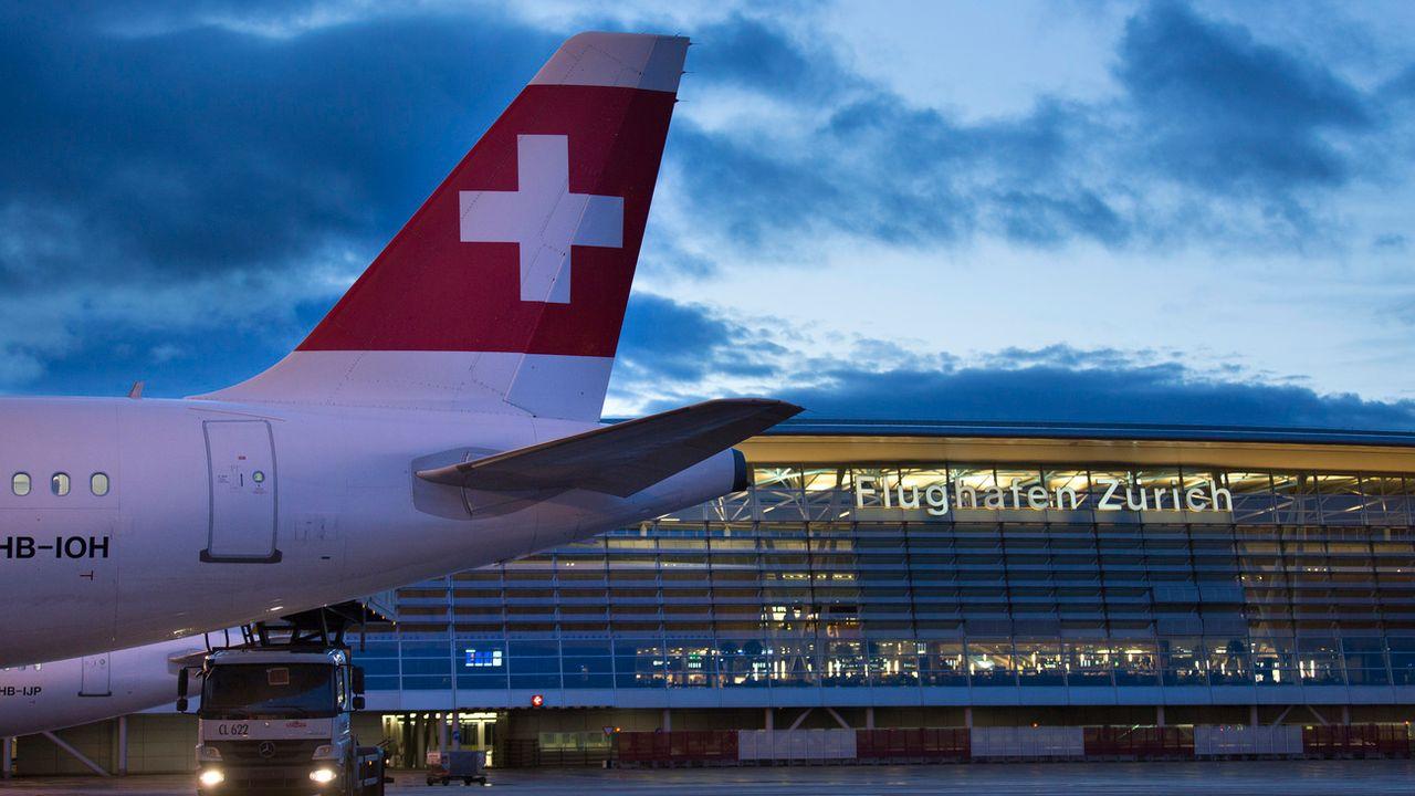 Un avion de la compagnie Swiss sur le tarmac de l'aéroport de Zurich-Kloten. [Gaetan Bally - Keystone]