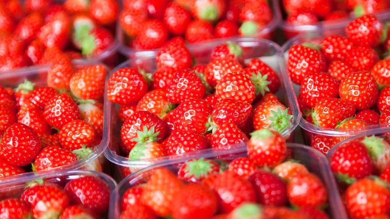 Dans les grandes surfaces, les fraises sont actuellement vendues en action. [kotomiti - Depositphotos]
