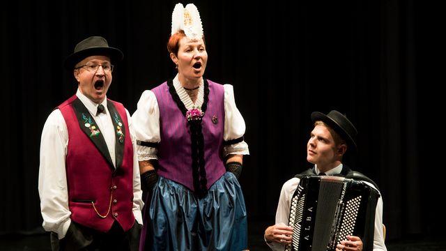 Le groupe de jodleurs Weibe-Ulrich Daniela de Gersau et Camenzind Roman de Immensee font une performance lors de la 30e Fête fédérale de jodler à Brigue, le 23 juin 2017. [Jean-Christophe Bott - KEYSTONE]