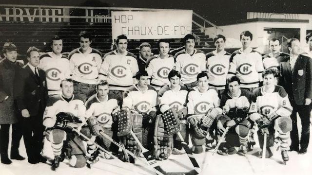 L'équipe du HC La Chaux-de-Fonds pose fièrement pour son premier titre de champion en 1968. [René Huguenin - RTS]