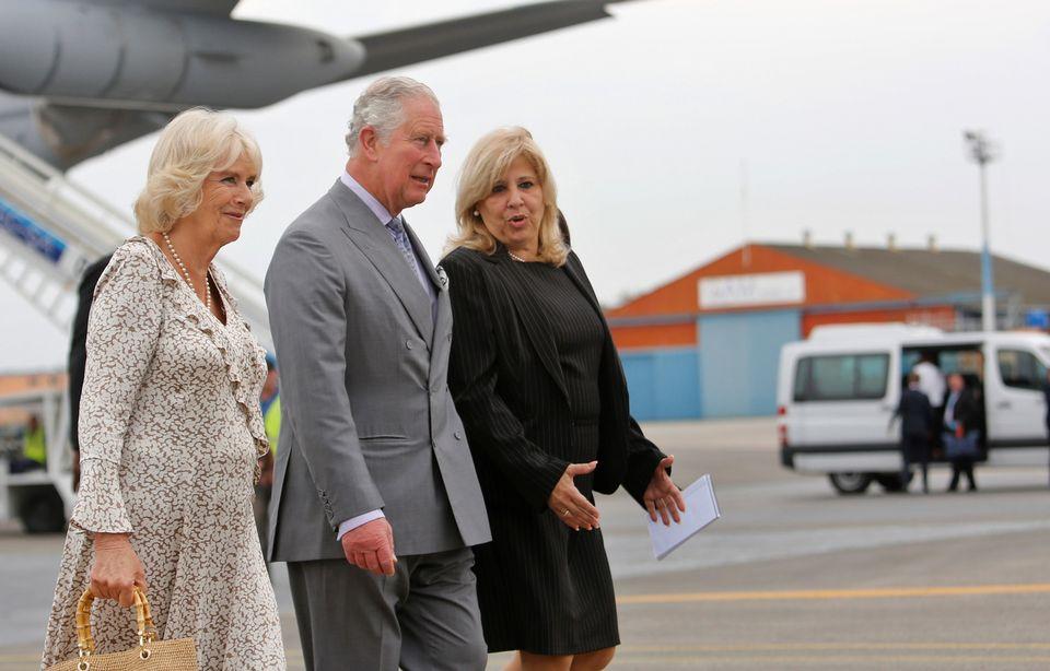 Le prince Charles et son épouse Camilla, accueillis par la vice-ministre des affaires étrangères cubaines, Ana Teresita Gonzalez, à l'aéroport de La Havane. [Keystone]