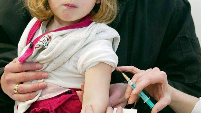 Il est recommandé de moins vacciner les enfants de moins de deux ans. [AP Photo/Rudi Blaha - keystone]
