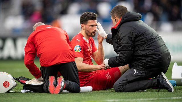 Fabian Schär groggy après le choc tête contre tête face à un Géorgien. [Zurab Kurtsikidze - Keystone]