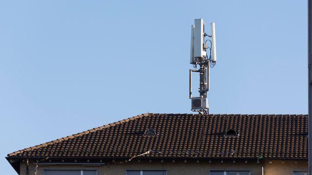Une antenne sur un toit.  [Christian Beutler - Keystone]