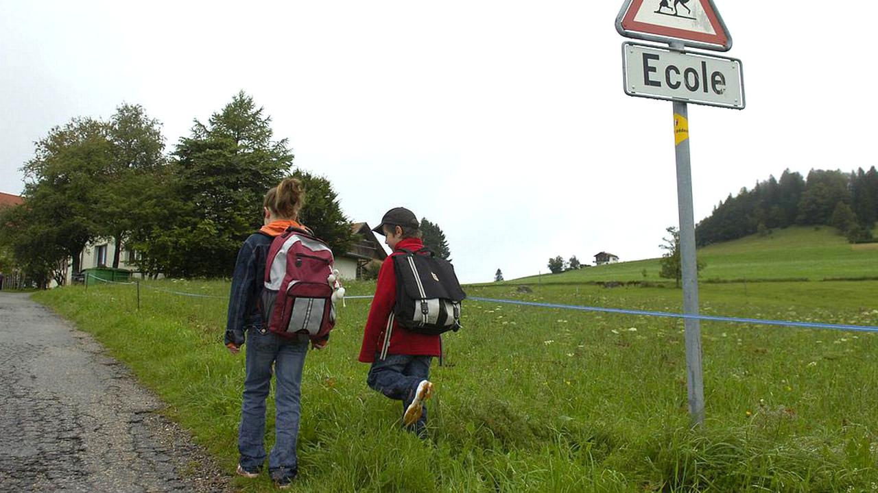 Une centaine d'écoliers du Val-de-Ruz (NE) devront changer de collège. [Sandro Campardo - Keystone]