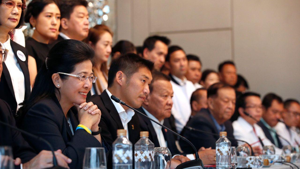 La candidate Première ministre du parti Pheu Thai avec les chef des six autres partis qui ont annoncé former une coalition. [Rungroj Yongrit - Keystone/EPA]