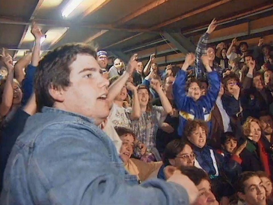 Explosion de joie des supporters du HC La Chaux-de-Fonds lors de la promotion de 1996. [RTS]