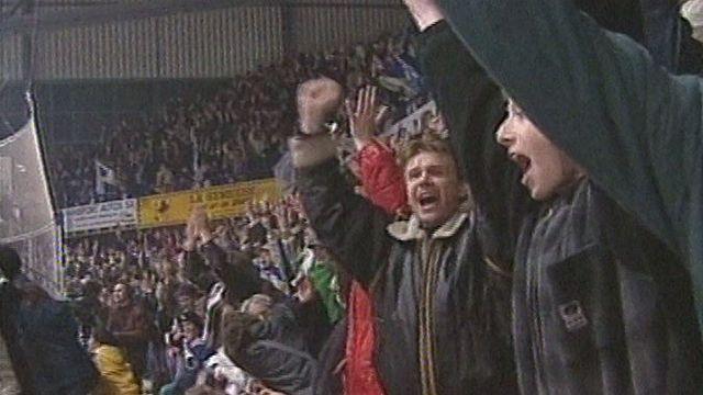 Les supporters du HC La Chaux-de-Fonds jubilent lors de la promotion de 2000 [SRF]