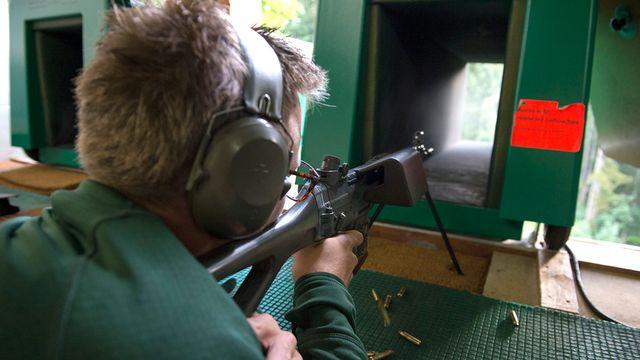 Un jeune tireur dans un stand de tir à Gryon, en 2014. [Anthony Anex - Keystone]