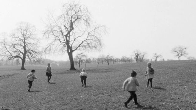 Enfants roulant les oeufs à Pâques en 1963. [RTS]