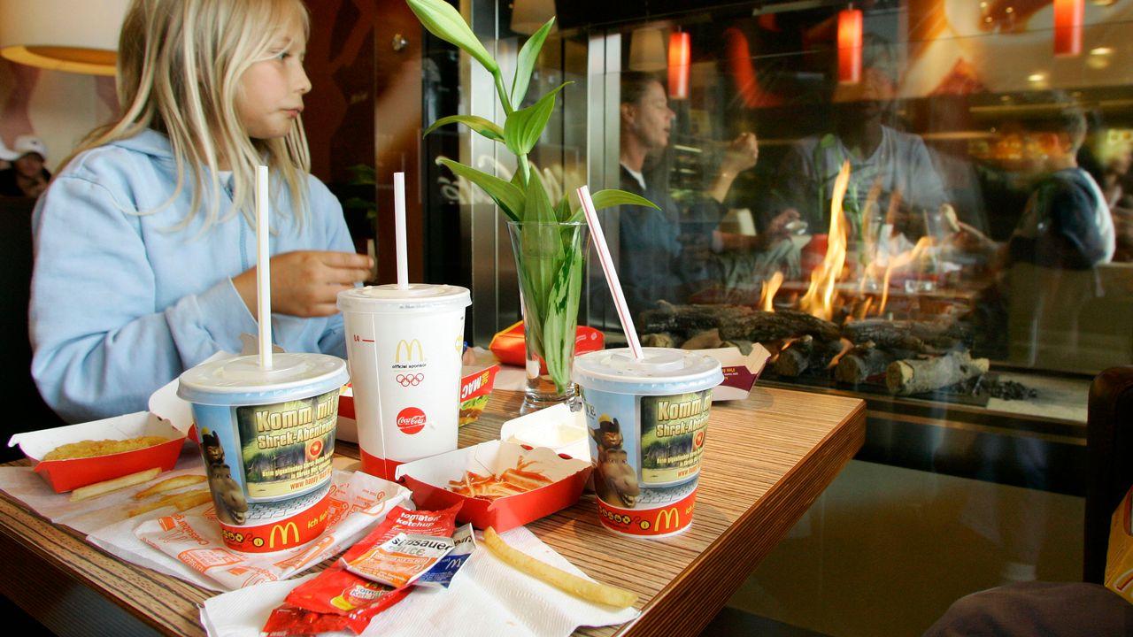 Les grandes chaînes de fastfood devront repenser leur politique en matière de déchets plastiques [Michaela Rehle - Reuters]