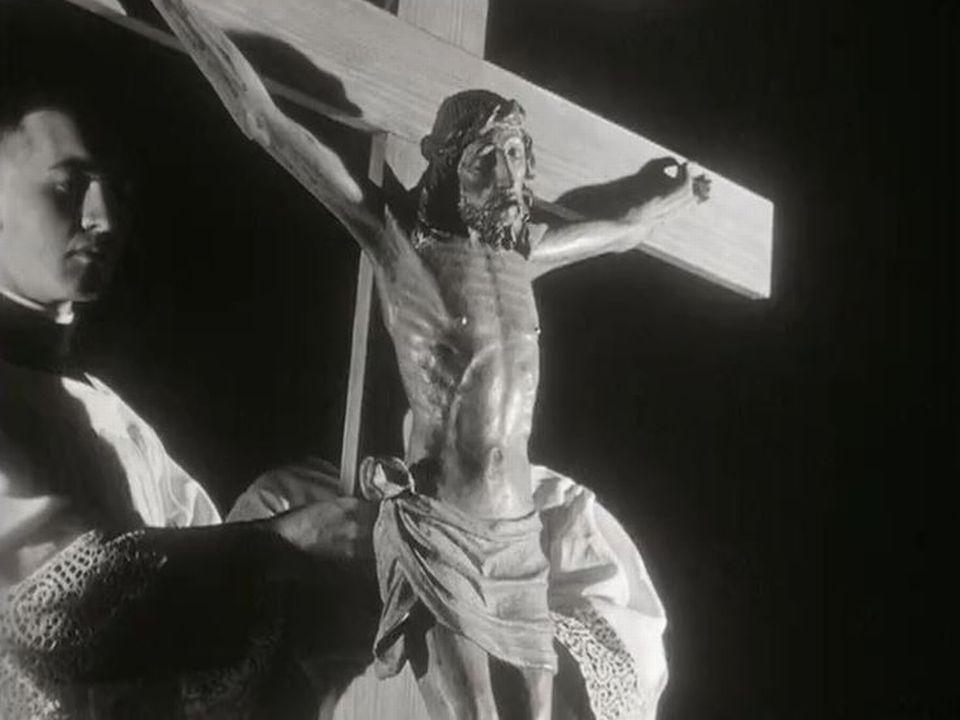 Des choristes interrogent leur chanoine sur le sens de Pâques. [RTS]