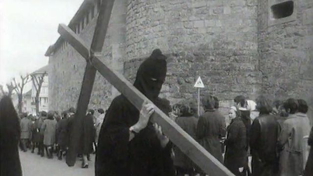 La traditionnelle procession des pleureuses de Romont, le Vendredi Saint en 1966. [RTS]
