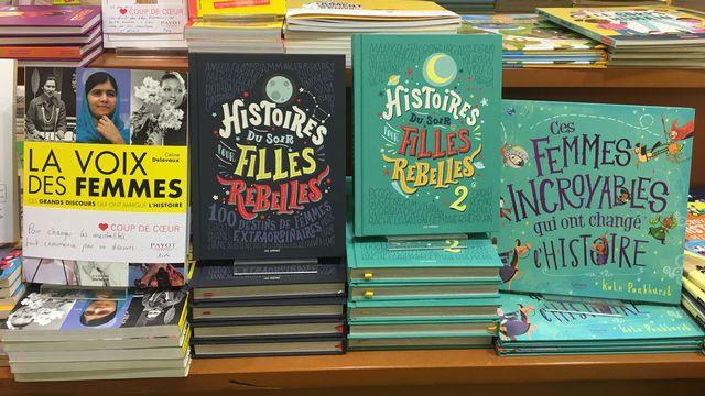 """La littérature """"girl friendly"""" en tête de gondole dans la libraire Payot à Lausanne. [Isabelle Fiaux - RTS]"""
