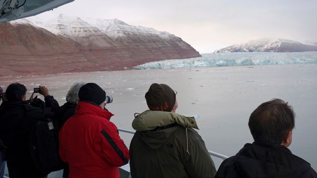 La démocratisation du tourisme en Arctique pose des questions de durabilité. [Gwladys Fouche - Reuters]