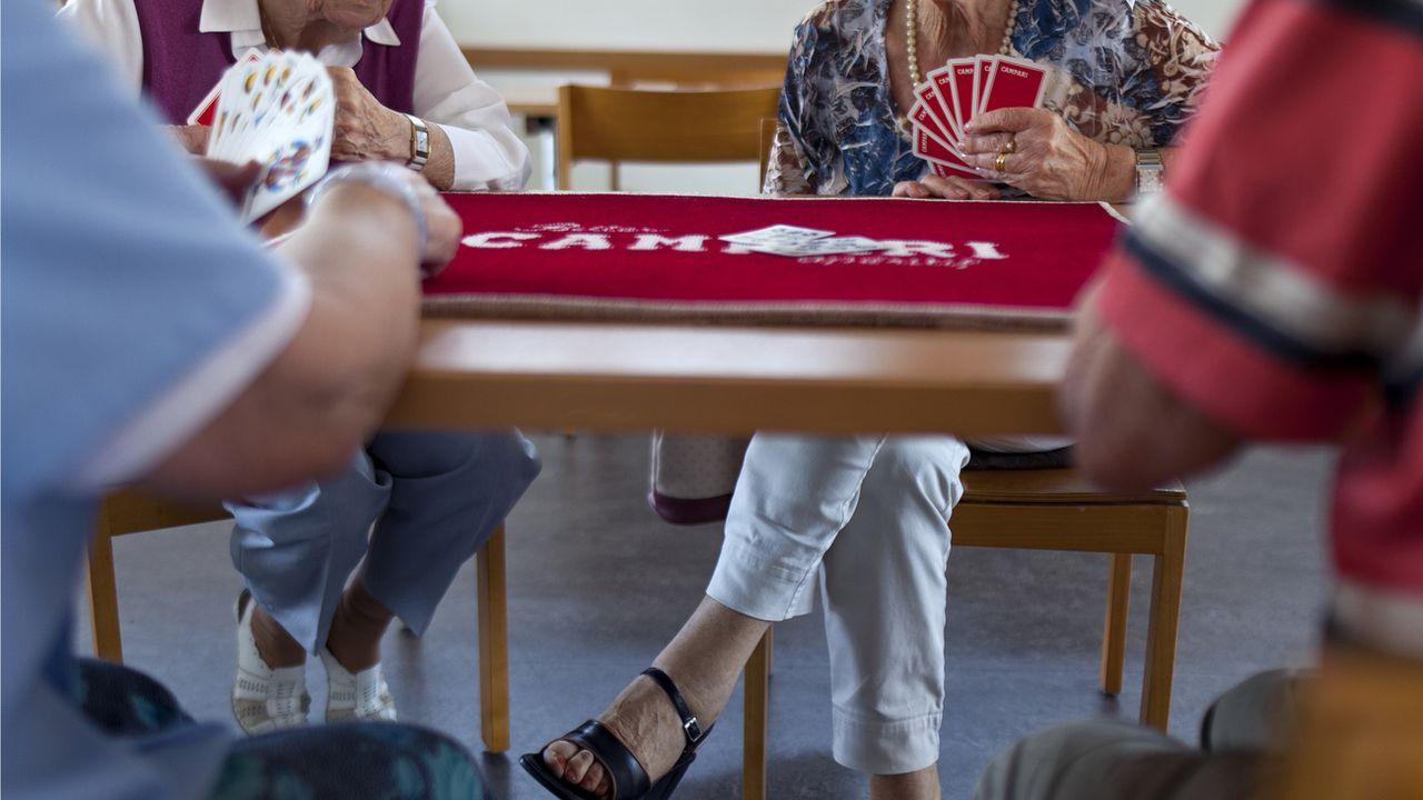 Des personnes âgées jouant aux cartes à Zurich. [Martin Ruetschi - Keystone]