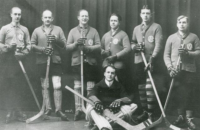 L'équipe du HC La Chaux-de-Fonds en 1920 [Bibliothèque de la Ville de La Chaux-de-Fonds, Département audiovisuel et Fonds spéciaux]