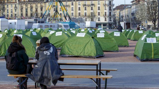 Huit associations ont monté 200 tentes  sur la Plaine de Plainpalais pour dénoncer la fermeture des haltes de nuit. [Salvatore Di Nolfi - Keystone]