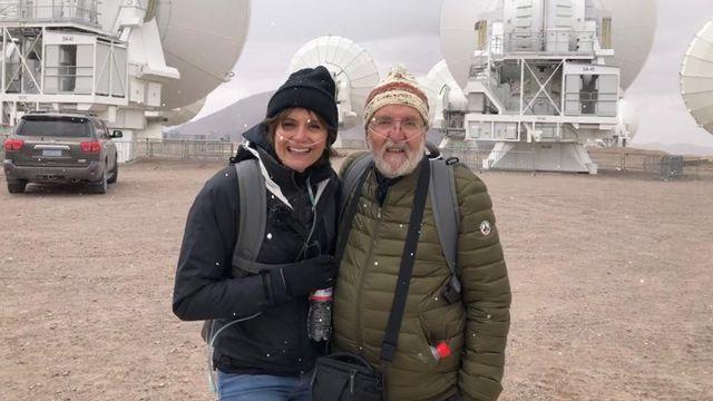 """La journaliste Tania Chytil et lʹastrophysicien Michel Mayor près des """"antennes"""" du Chili. RTS [RTS]"""