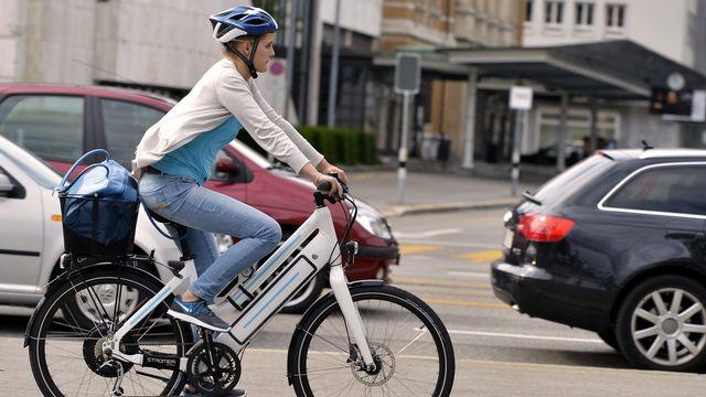 Pro Vélo veut une distance minimale réglementaire entre voitures et vélos. [Walter Bieri - Keystone]
