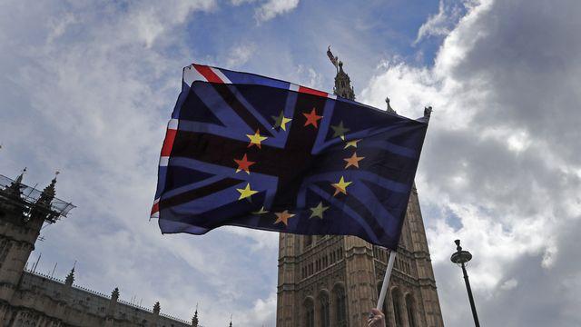 Drapeaux de l'Union européenne et du Royaume-Uni superposés. [Frank Augstein - AP/Keystone]