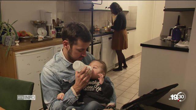 En Suisse, la société n'est pas du tout prête à accepter la parentalité d'un homme. [RTS]