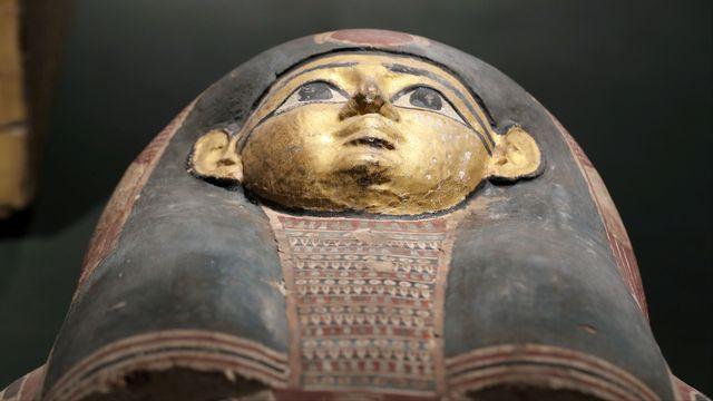 Un sarcophage égyptien au Sohag National Museum. [Mohamed Abd El Ghany - Reuters]