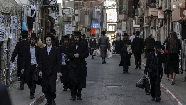 Les juifs israéliens ultra-orthodoxes vivent à côté des laïcs, avec qui ils ont des intérêts parfois divergents. [Atef Safadi - EPA/Keystone]