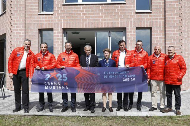 Le dossier a été remis au président de la FIS Gian Franco Kasper et à la secrétaire générale de la Fédération Sarah Lewis. [Peter Klaunzer - Keystone]