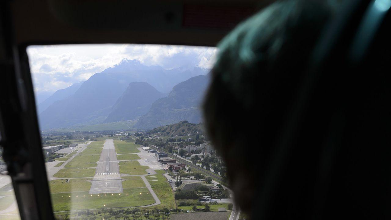 Vue du cockpit d'un hélicoptère de la piste d'atterrissage de l'aéroport de Sion. [Laurent Gillieron - KEYSTONE/]
