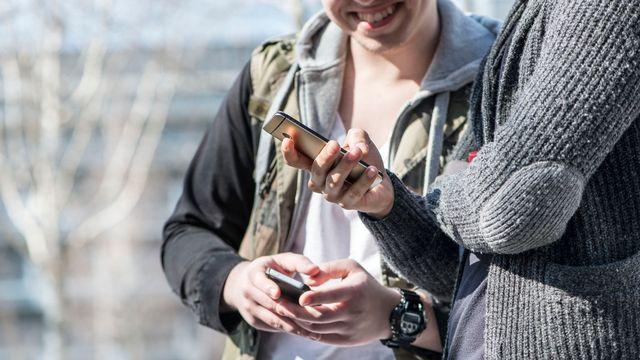 En Suisse, 12-19 ans s'intéressent à l'actualité prioritairement via internet. [Christian Beutler - Keystone]