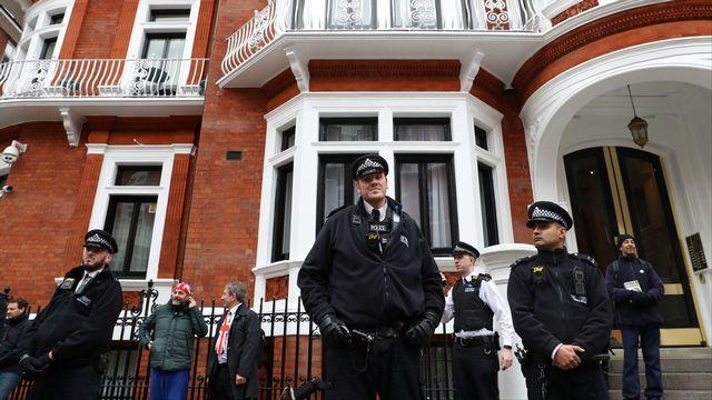 Des policiers devant l'ambassade d'Equateur à Londres où Julian Assange s'était réfugié (image d'archive). [Simon Dawson - Reuters]