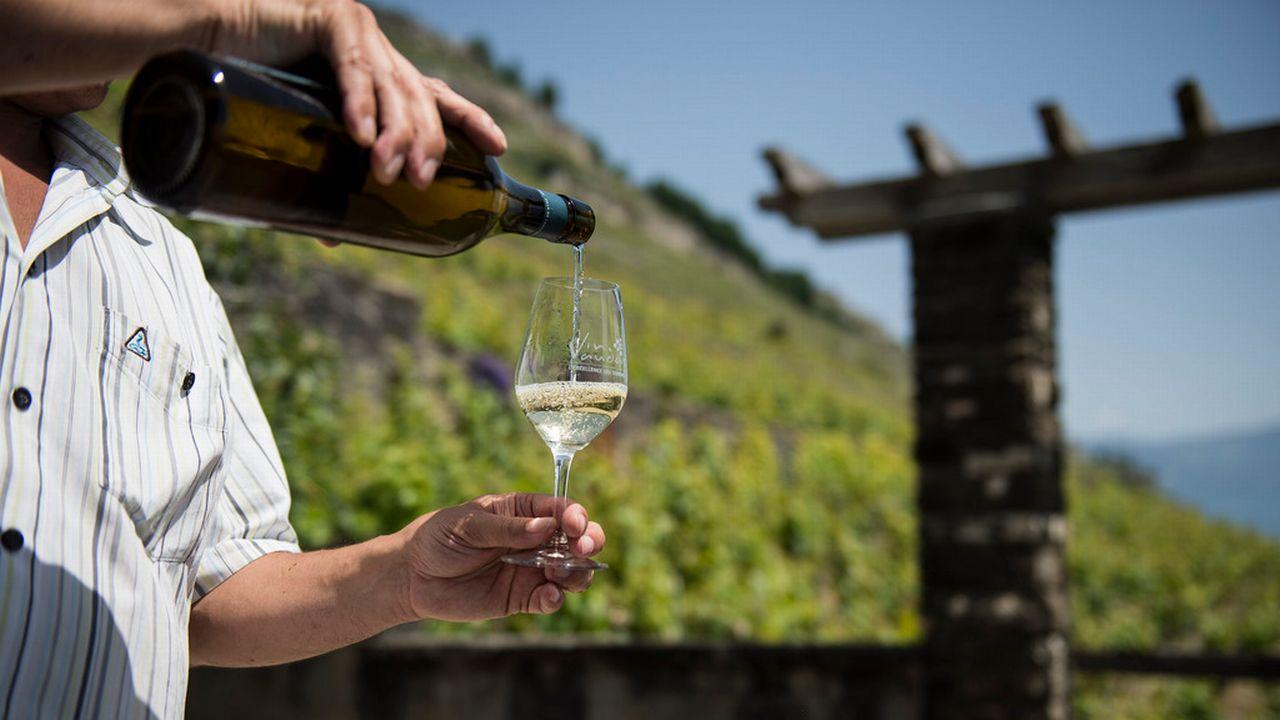 Un vin blanc servi dans le vignoble vaudois. [Jean-Christophe Bott - Keystone]